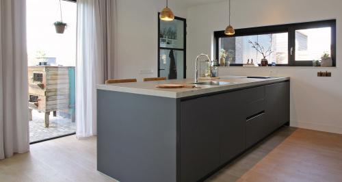 carbon keuken met houten vloer