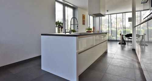 Witte Hoogglans Keuken Greeploos : OAR Architecten Inhuis Keukens