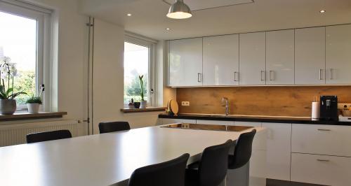 keuken met kookeiland en barkrukken