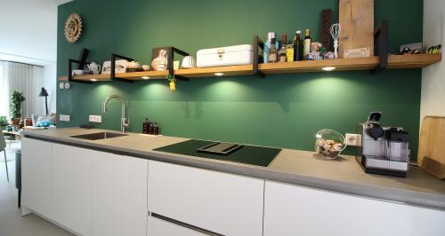 Greeploze keuken met groene wand
