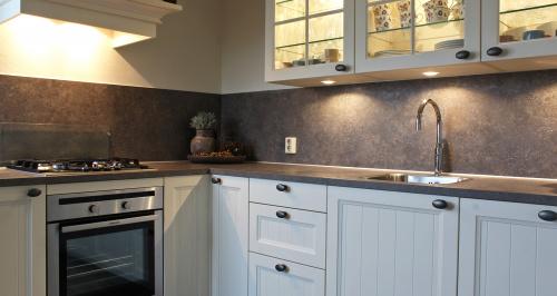 keuken met glaskastjes en verlichting