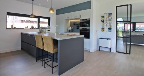 Keuken met mat zwart stalen deuren