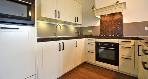 Klassieke keuken met wit kaderfront en gefineerd binnenpaneel