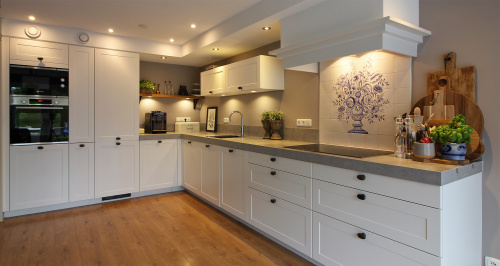 klassieke keuken met wit kaderfront