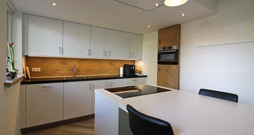 witte keuken met houten achterwand en led