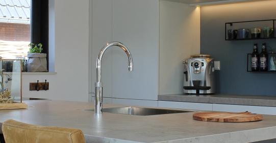 carbon keuken met betonlook werkblad