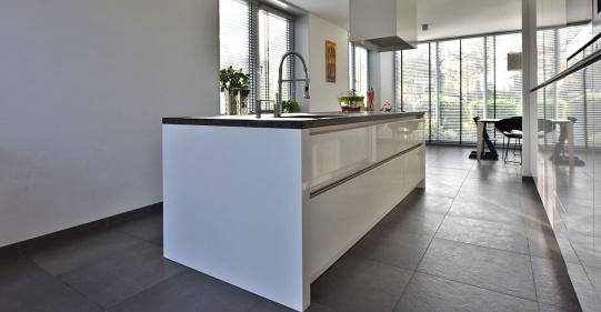 Hoogglans witte greeploze keuken