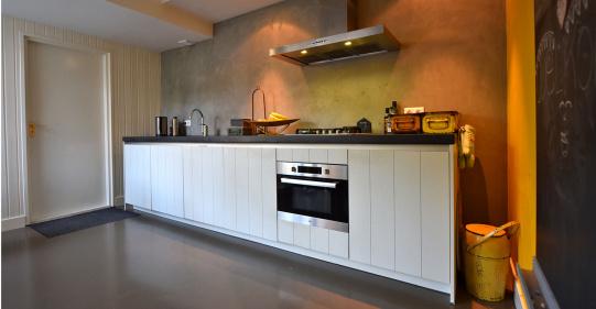 Keuken met houtstructuur gefineerd wit
