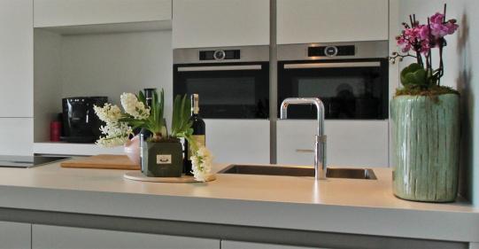 witte keuken met wit werkblad