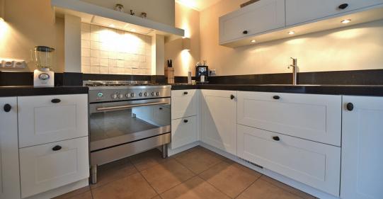 Landelijk klassiek witte keuken