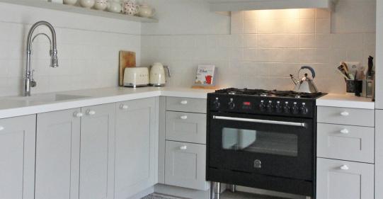 landelijke keuken met keramiek wit blad