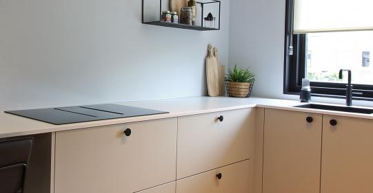 lichte keuken met zwarte knoppen
