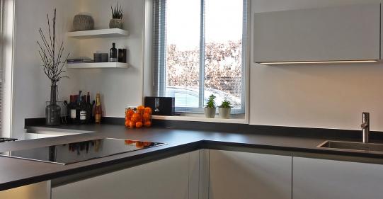 Keuken met mat wit front